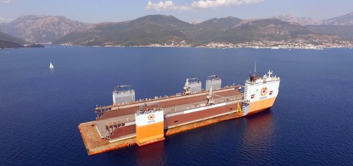 """Didžiausias pasaulyje laivas """"Dockwise Vanguard"""" iš Juodkalnijos į Lietuvą gabena plaukiojantį doką"""