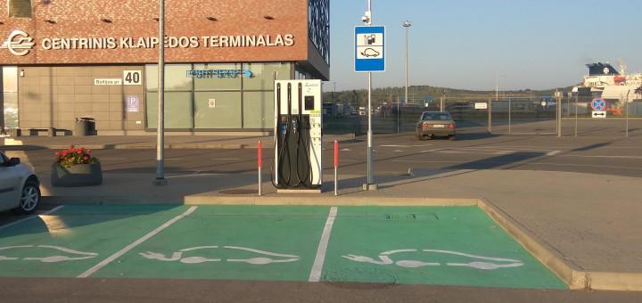 """Šalia UAB """"Centrinis Klaipėdos terminalas"""" pradėta eksploatuoti elektromobilių greitojo įkrovimo stotelė"""