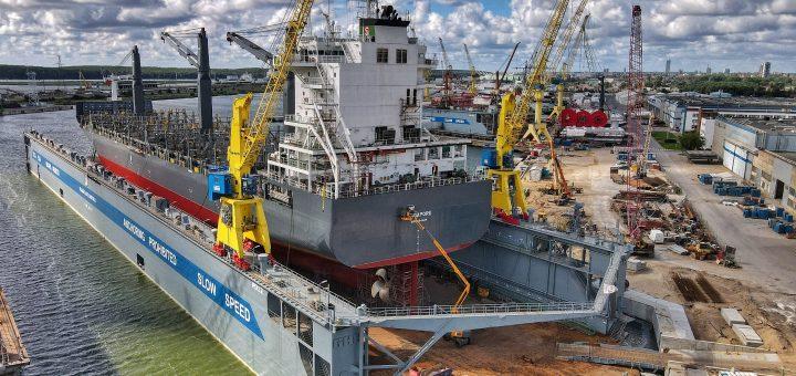 """AB """"Vakarų laivų gamykla"""" įmonių grupei priklausantis didžiausias dokas Baltijos šalyse remontui priėmė pirmąjį laivą"""